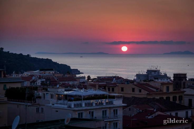 Coucher de soleil dans la baie de Naples à Sorrente