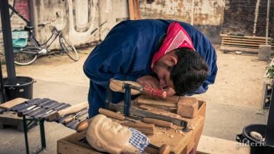 15 août 2018 en Outremeuse : marionnettiste sculptant une marionnette liégeoise (en bois)