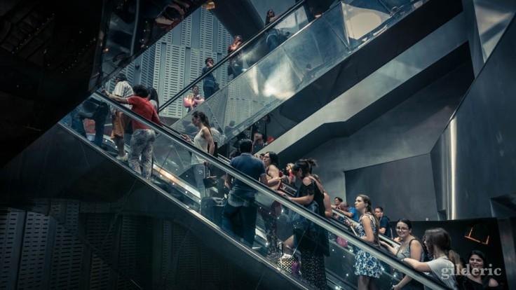 Foule dans les escalators de la gare de Naples