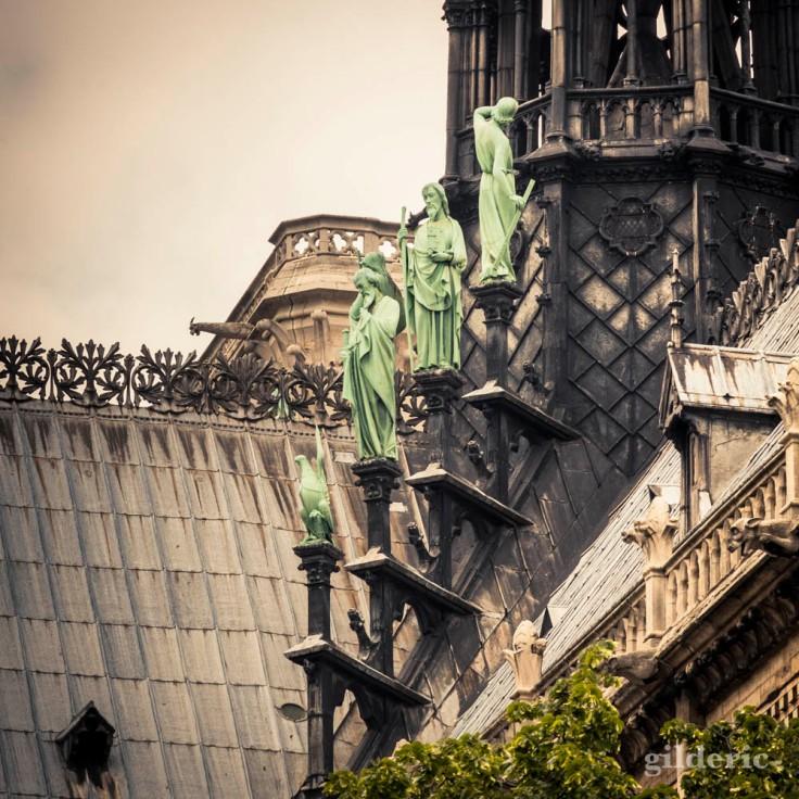 Les toits et les statues de Notre-Dame de Paris (détail)