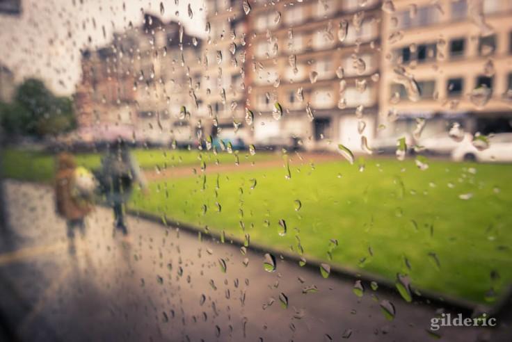 Gouttes de pluie sur la vitre d'un bus (dans un bouchon)