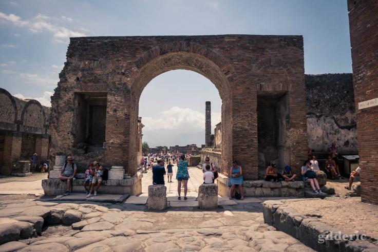 Une des entrées du forum à Pompéi