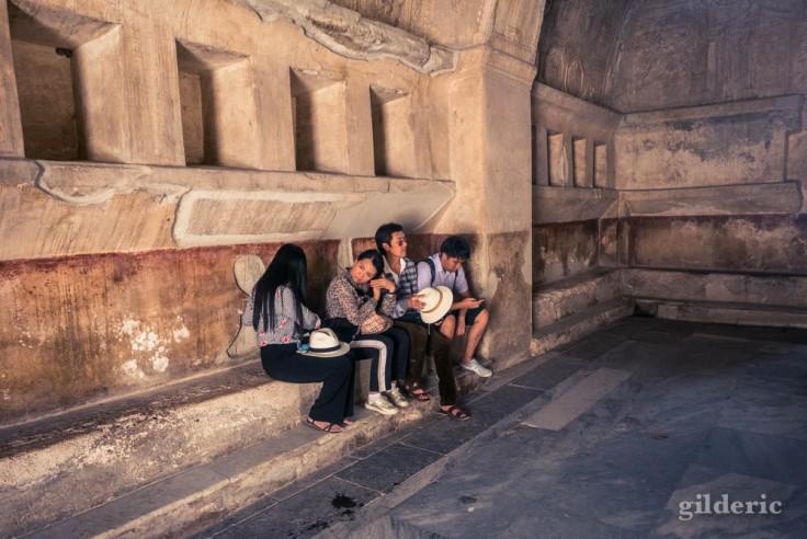 Touristes dans les thermes à Popmpéi