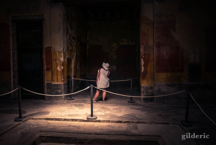 Touriste visitant la Casa Menandro (Pompéi)