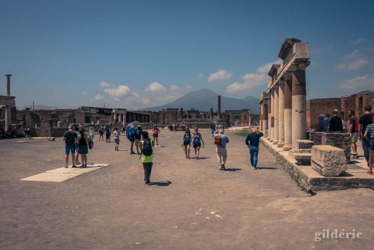 Sur le Forum à Pompéi, à l'ombre du Vésuve