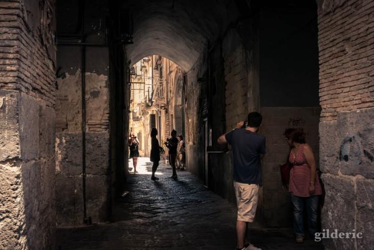 Street photography dans les vieilles rues de Naples