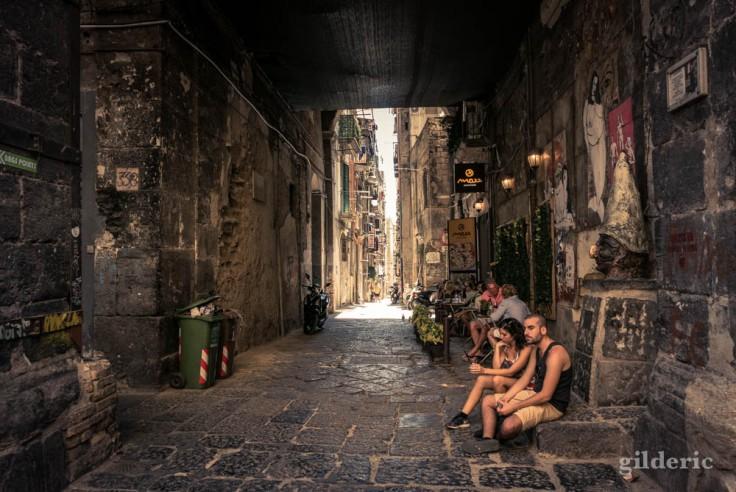 Touristes dans le centre historique de Naples