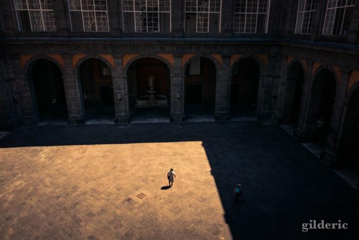 Ombres et lumière dans la cour du Palais royal de Naples
