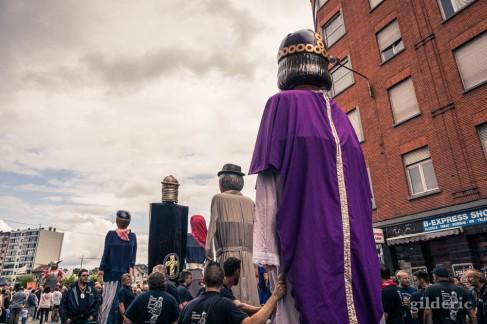 Tchantchès et les géants de Liège attendent le début du cortège du 15 août