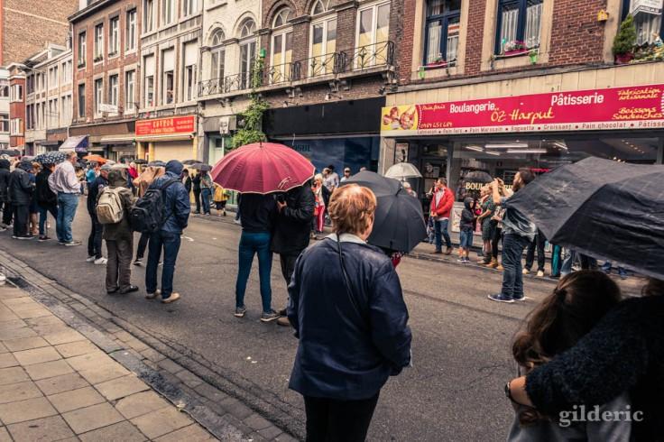 Petite averse avant le départ du cortège du 15 août 2019, rue Puits-en-Sock