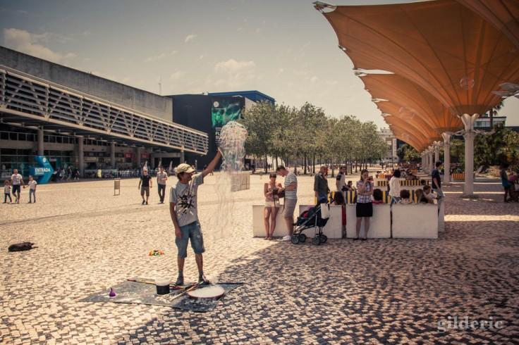 Street photography à Lisbonne : Le dompteur de bulles