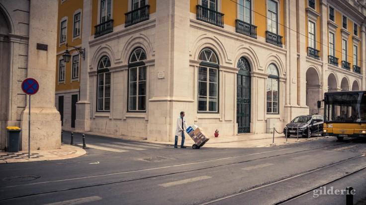 Street photography à Lisbonne : livraison et vie quotidienne