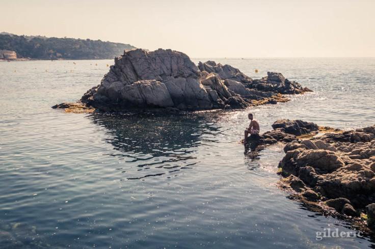 Street photography à Lloret de Mar : un moment zen parmi les rochers