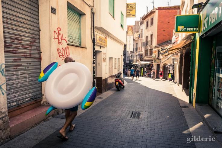 Lloret de Mar : une bouée dans les rues (street photography)