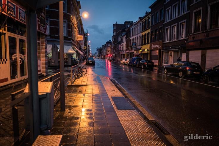 Matin d'automne et pavés mouillés (rue Grétry, Liège)