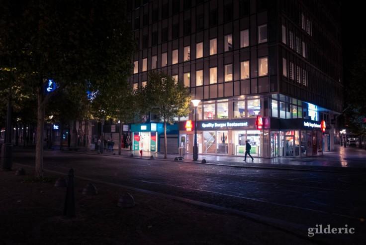 Silhouette et lumières urbaines (Quick de la place Saint-Lambert)