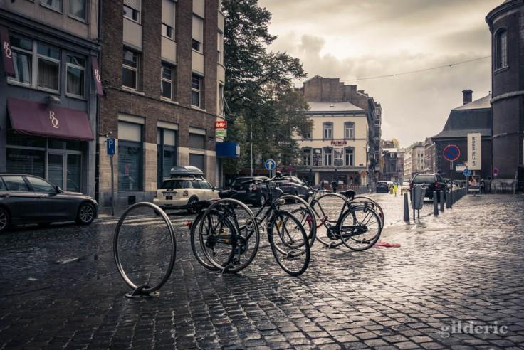 Vélos sous la pluie (Sauvenière, Liège)
