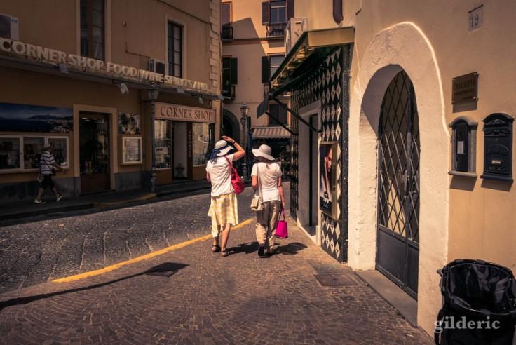 Street photography à Sorrente : copines papotant