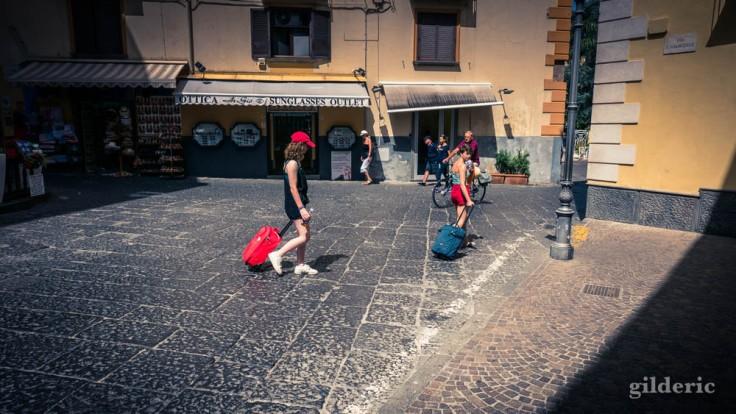 Street photography à Sorrente : jeunes touristes
