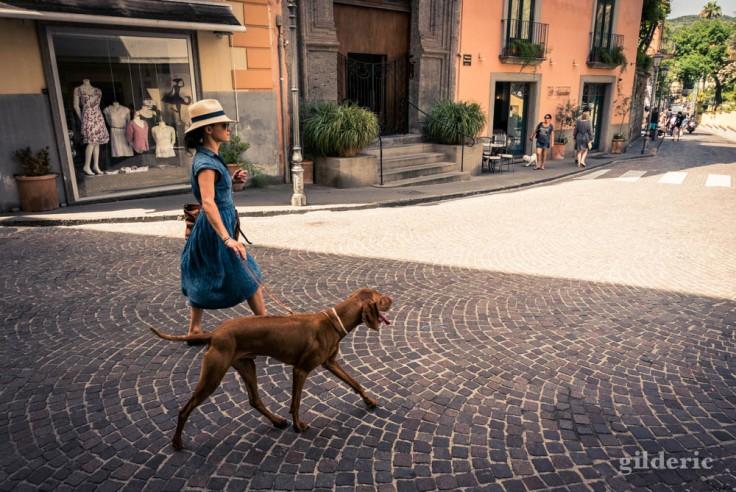 Street photography à Sorrente : promener le chien avec élégance