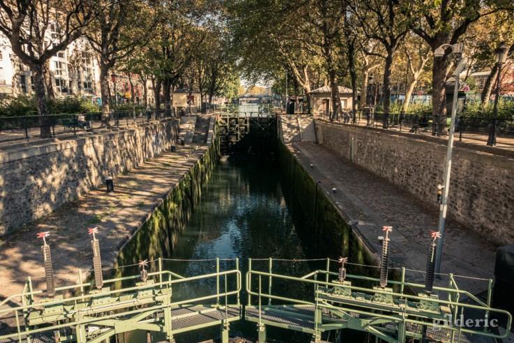 Les portes de l'écluse vues depuis le pont Eugène Varlin