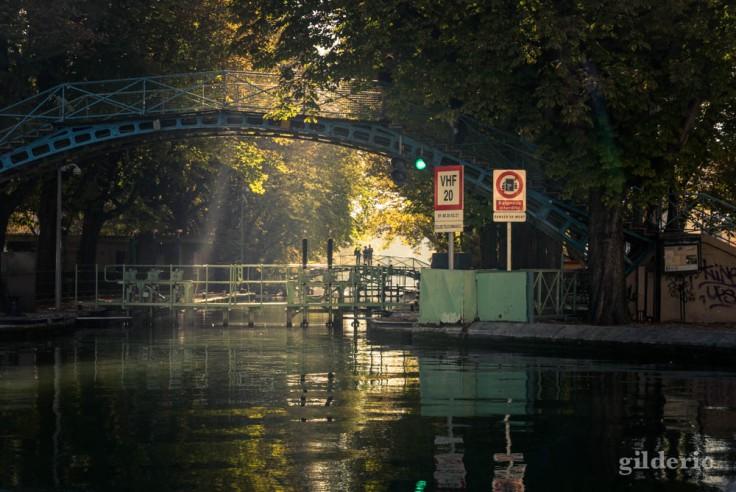 Effets de lumière sur la passerelle Bichat