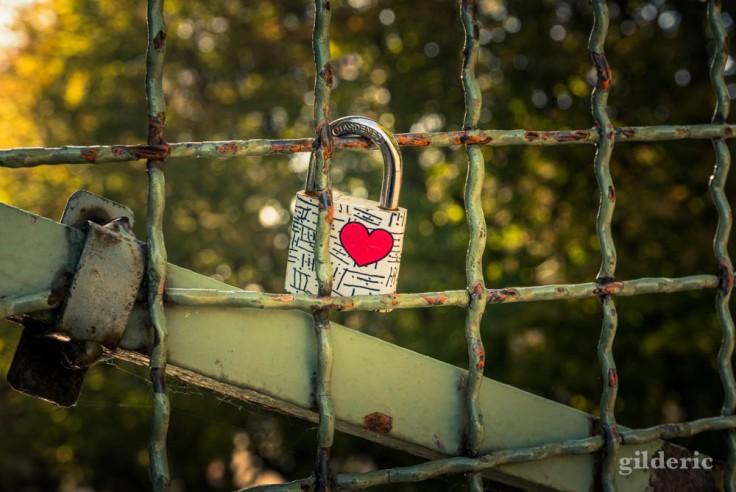 Coeur et cadenas sur la passerelle Bichat