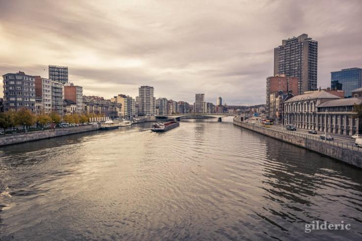 Péniche sur la Meuse sous un ciel gris, à Liège