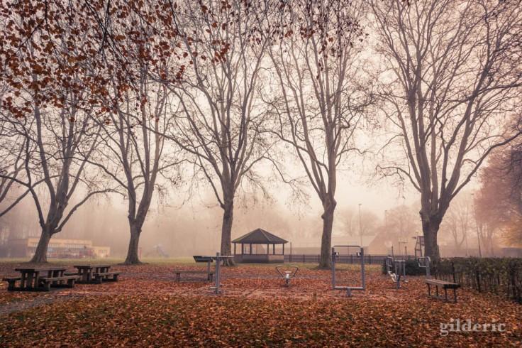 Plaine de jeux de Péville dans le brouillard (Liège)