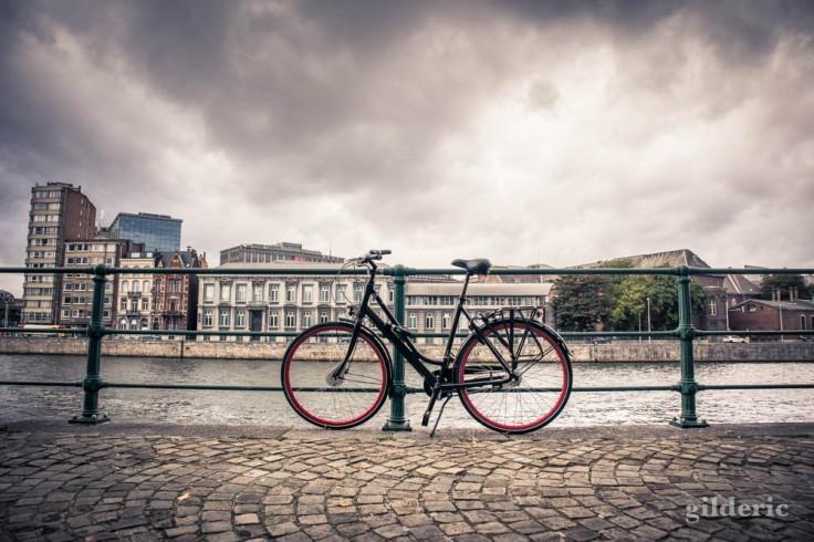 Vélo sur les quais de la Meuse, à Liège
