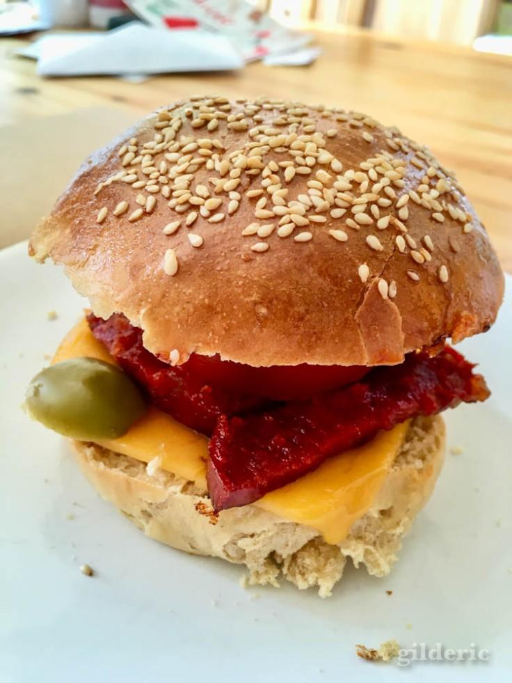 Burger chorizo, cheddar, tomates et olives