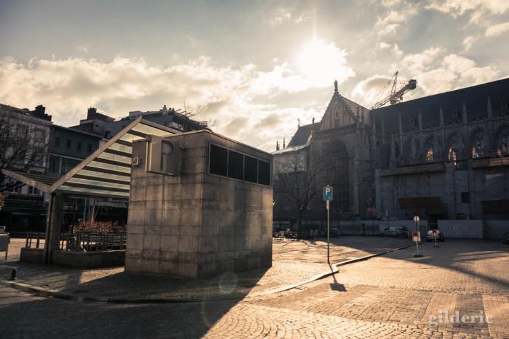 Liège Lockdown : place Cathédrale déserte sous le soleil (street photography)