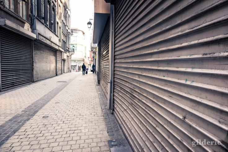 Liège Lockdown : commerces fermés et volets clos (street photography)