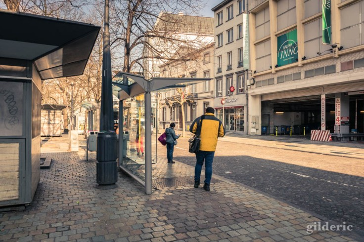 Liège Lockdown : à l'arrêt de bus place République française (street photography)
