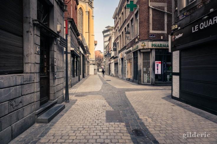 Liège Lockdown : silhouette dans la rue saint-Paul déserte (suite au confinement luttant contre le coronavirus)