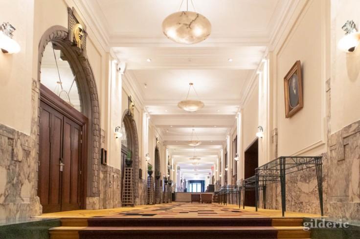 L'impressionnant hall d'entrée Art Déco de l'hôtel Palace Crowne Plaza à Bruxelles