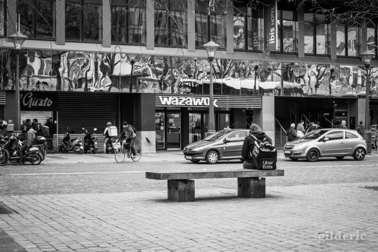 Liège en quarantaine (coronavirus) : la solitude du livreur (photo en noir et blanc)