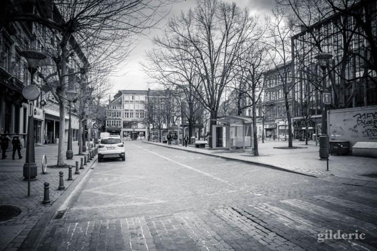 Liège en quarantaine (coronavirus) : place de la République française (photo en noir et blanc)