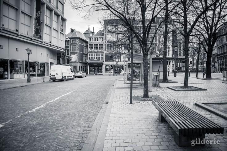 Liège en quarantaine (coronavirus) : arrêts de bus devant l'Inno (photo en noir et blanc)