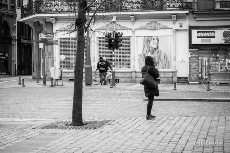 Liège en quarantaine (coronavirus) : une femme seule attend (photo en noir et blanc)