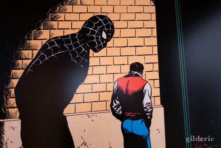 Agrandissement d'une case de Spiderman à l'expo Superheroes Never Die