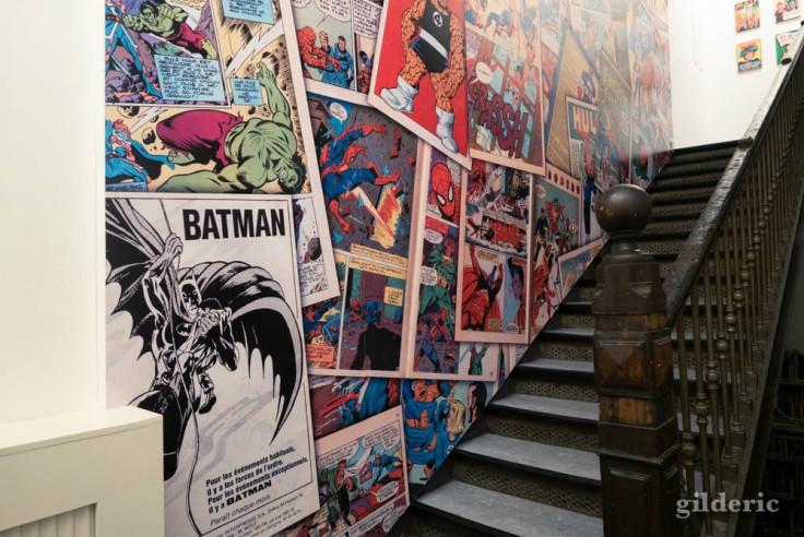 L'escalier menant à la suite de l'exposition Superheroes Never Die