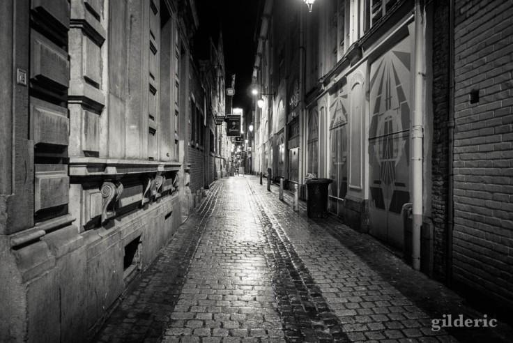 Rue déserte, décor de polar dans le carré de Liège
