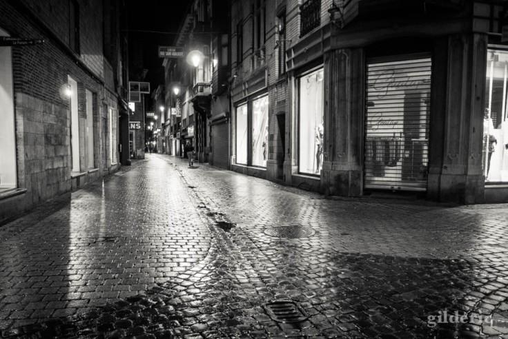 Magasins fermés et ambiance de série noire dans le Carré à Liège