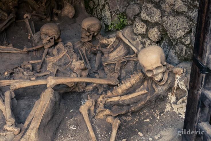 Squelettes des habitants d'Herculanum réfugiés dans les abris à bateau