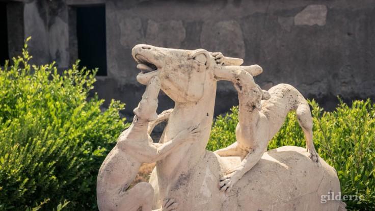 Cerf assailli par des chiens, une des statues de la Villa au Cerfs (Herculanum)