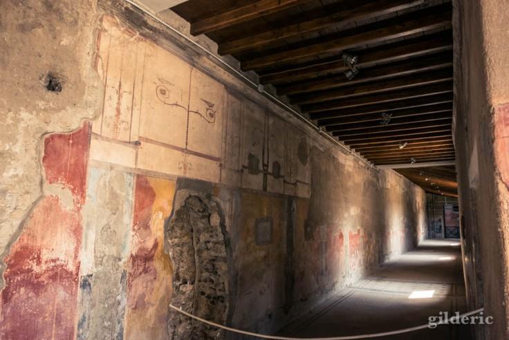 Couloir décoré de fresques de la villa aux Cerfs