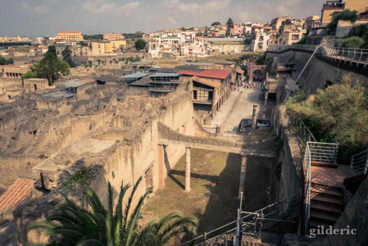 Le Decumanus Maximus vu depuis l'entrée d'Herculanum