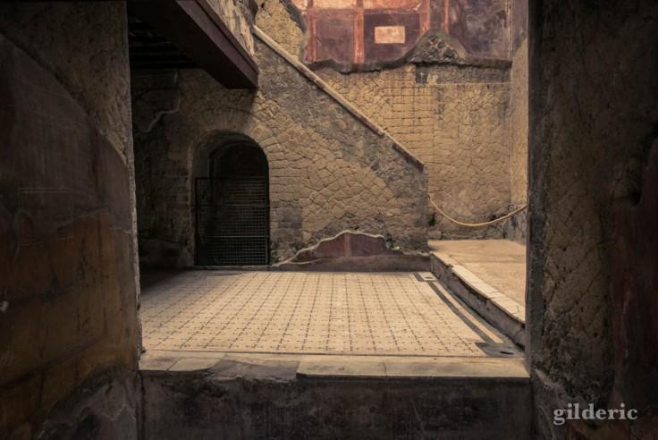 Vue de la cour et de l'escalier extérieur (Casa del bel Cortile)