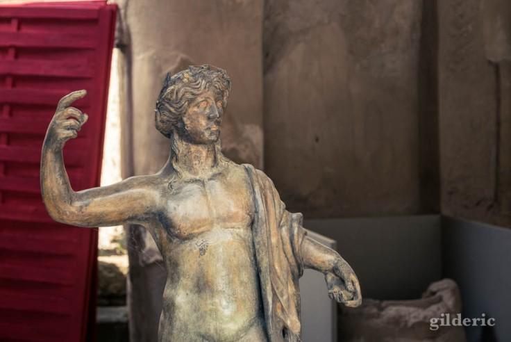 Petite statue de Bacchus exposée dans une des boutiques attenante au Forum